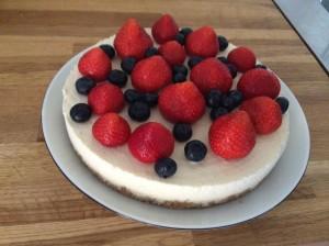 Min version af Frozen Cheesecake med hvid chokolade og bær
